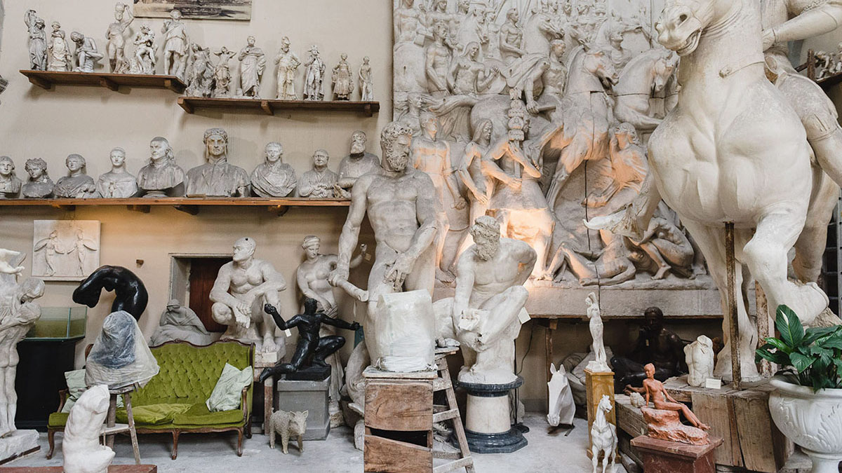 Galleria Romanelli in Oltrarno, Florence with marble sculptures on display